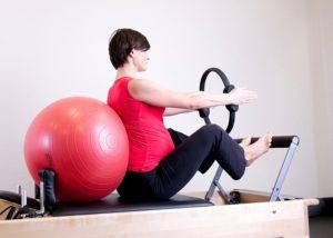 femme-enceinte-boule-aérobic-sport