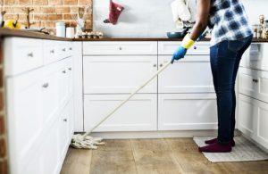 homme-fait-le-ménage-à-la-maison