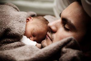 papa-dort-avec-bébé