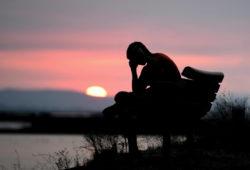 homme-depressif-fatigue-assis-banc-coucher-soleil