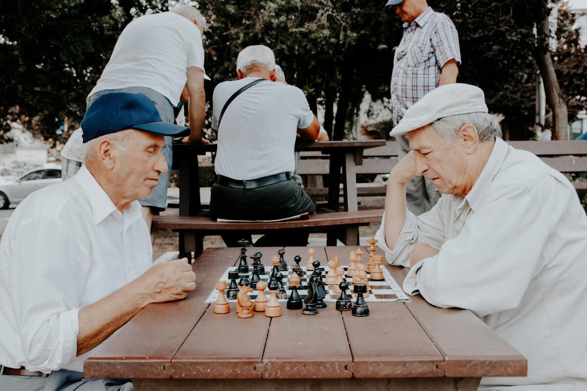 vieilles-personnes-jouent-echec-vieillissent-bien